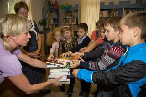 Детская писательница Елена Усачёва передаёт книжки в дар детской библиотеке дер.Мокшино.