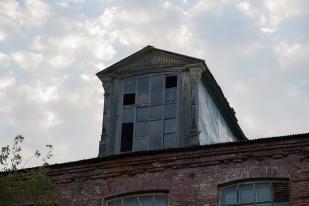Несмотря на многочисленные пожары, мансардные окна остались прежними... Фото Екатерины Фроловой.