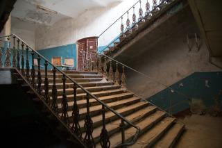 Чугунные лестницы XIX века на этом пролете ещё не срезали. Но кое-где их уже нет... Фото Екатерины Фроловой.
