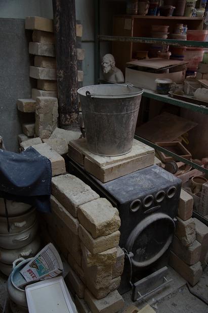 Печь, в которой художницы обжигают свои изделия. На дворе, напомним, XXI век. Фото Екатерины Фроловой.