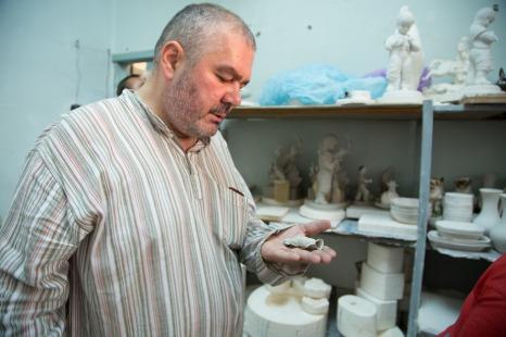 Дмитрий Буткевич изучает основы фаянсового дела. Фото Екатерины Фроловой.