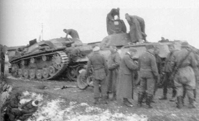 Фотография того же танка. В кювете слева видны два раненых советских танкиста.