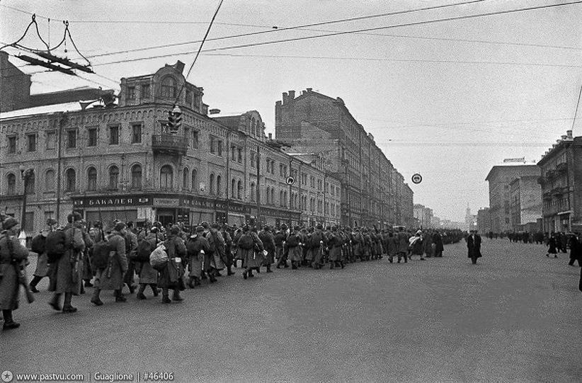Ленинградское шоссе в Москве. Ополченцы собираются на фронт...