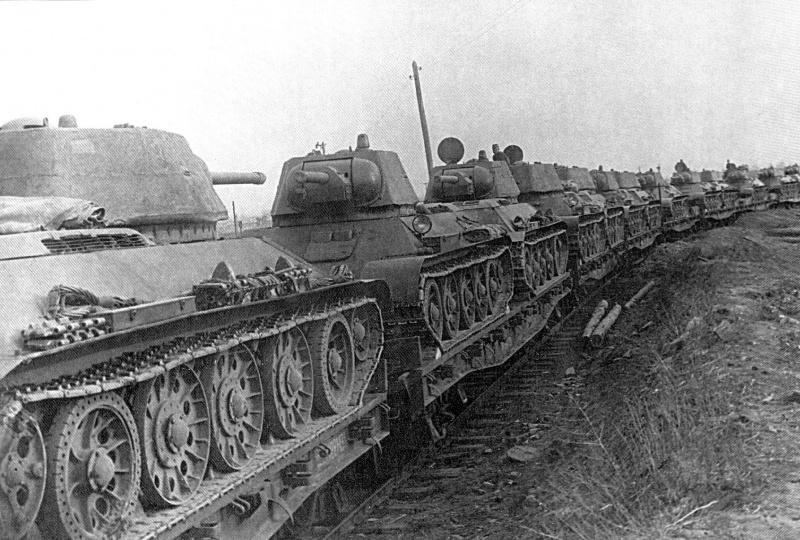Танковый эшелон направляется на фронт.